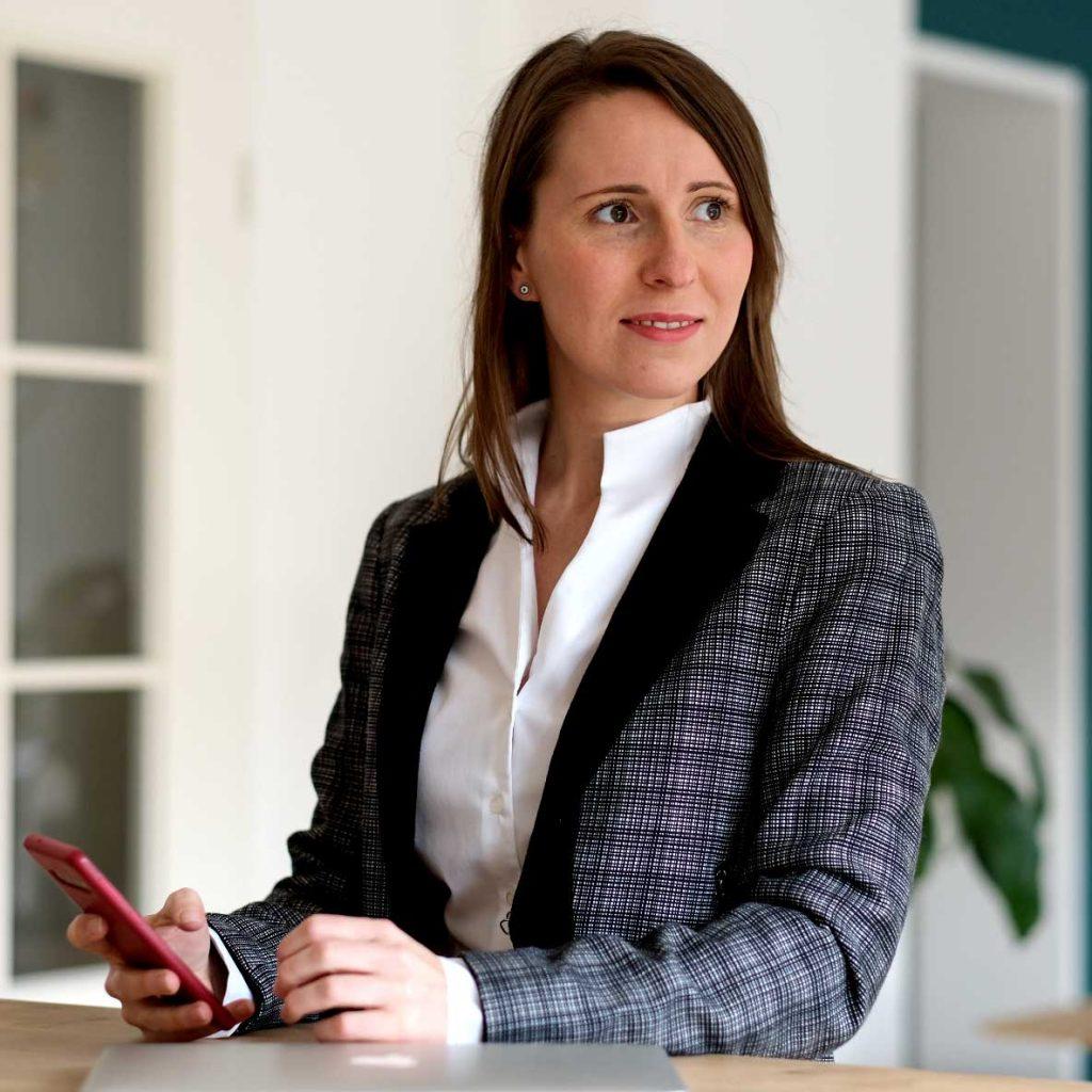 Jana Ahrens am Schreibtisch für Workshops mit Jana Ahrens